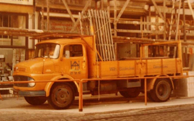 alter LKW mit Gerüsten