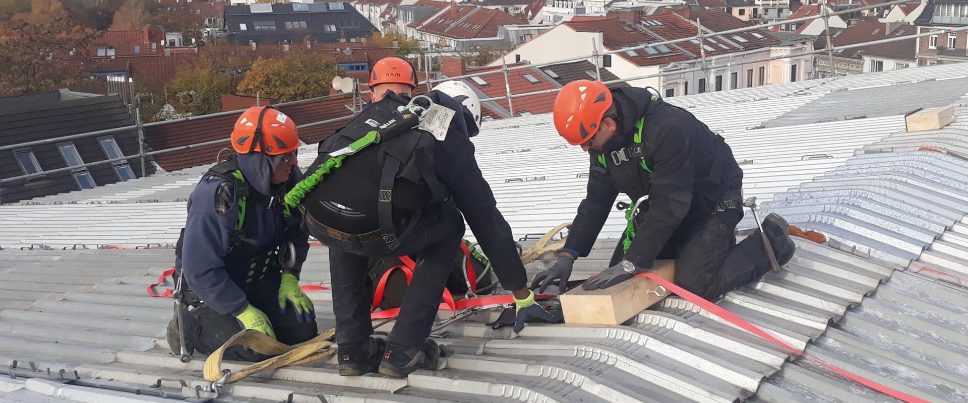 Gerüstbauer decken Wetterschutzdach ein